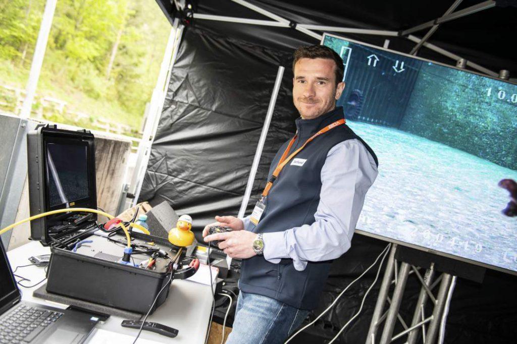 Präsentation des Digitalen Wasserkraftwerks in Rabenstein (Mur): Michael Artner steuert den Tauchroboter Copyright     VERBUND