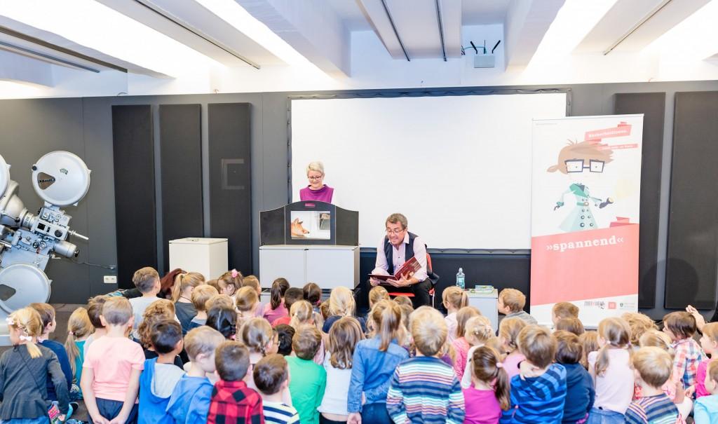 Bildtext: Bürgermeister Peter Koch las für Kindergartenkinder im Brucker Stadtmuseum. Fotos: Stadt Bruck/Martin Meieregger