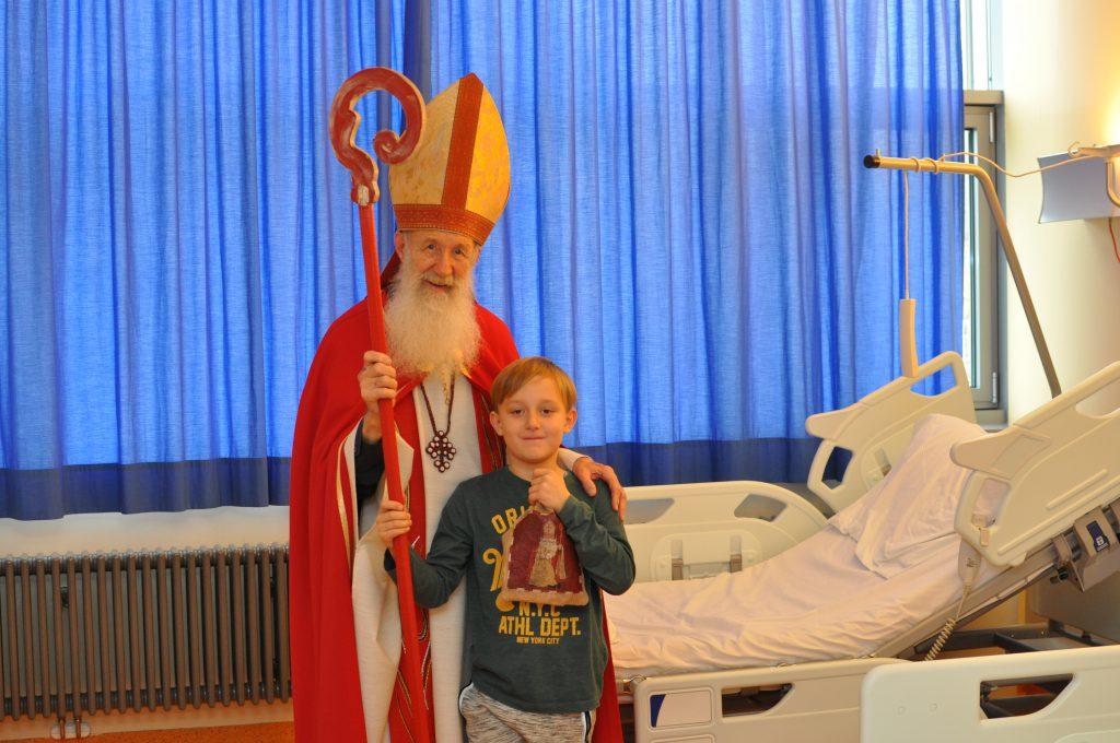 """Foto © KABEG: """"Nikolaus"""" Pater Anton mit Fabian K. (8)"""